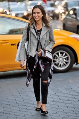 JessicaAlba-leather-jackets_0