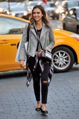 JessicaAlba-leather-jackets_0